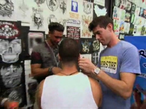 Pauly D accompagne Vinny se faire percer les oreilles - © MTV/Viacom International Inc.
